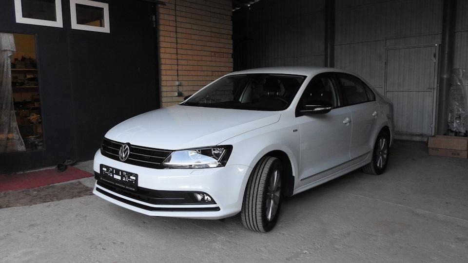 Белая Volkswagen Jetta 2017 Life (фото)