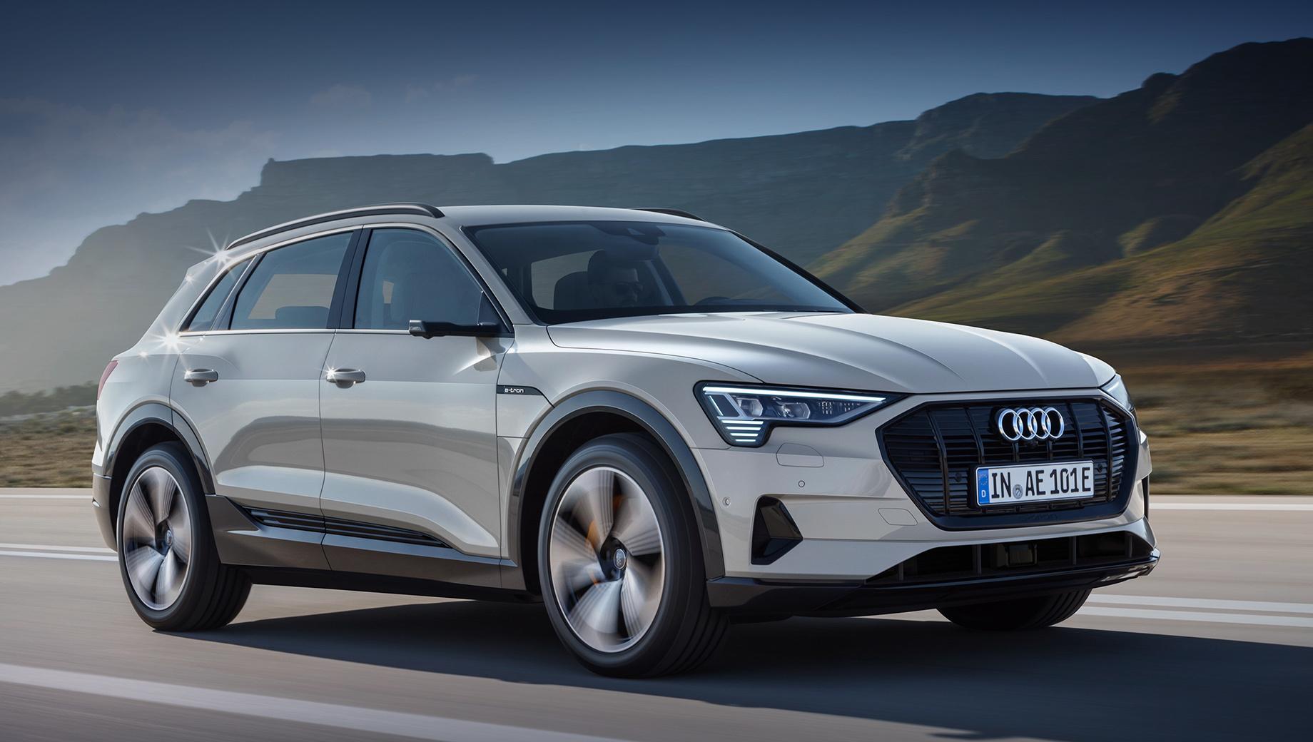 Автомобиль Audi E-tron в движении