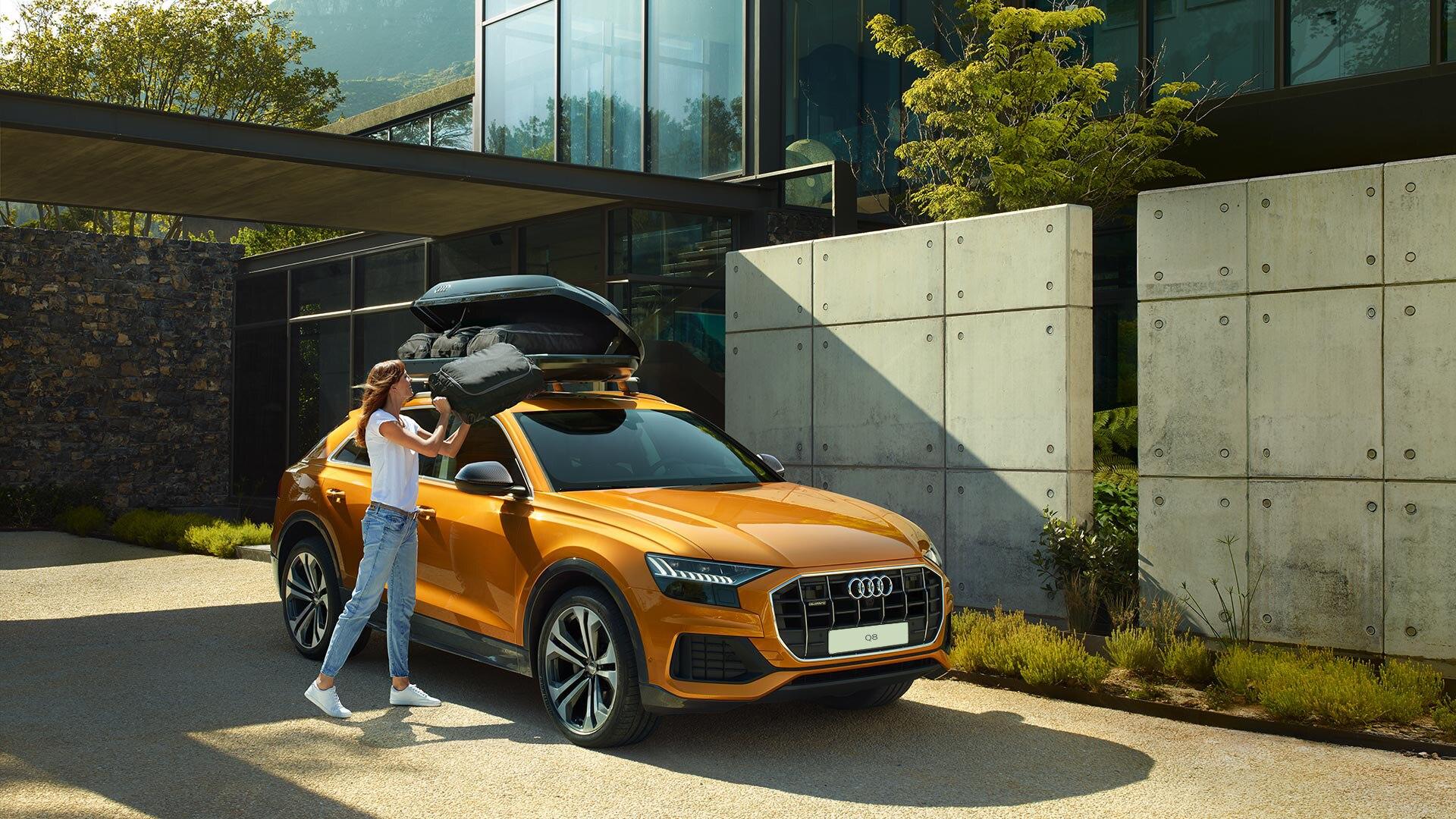 Audi Q8 (вид сбоку и спереди)