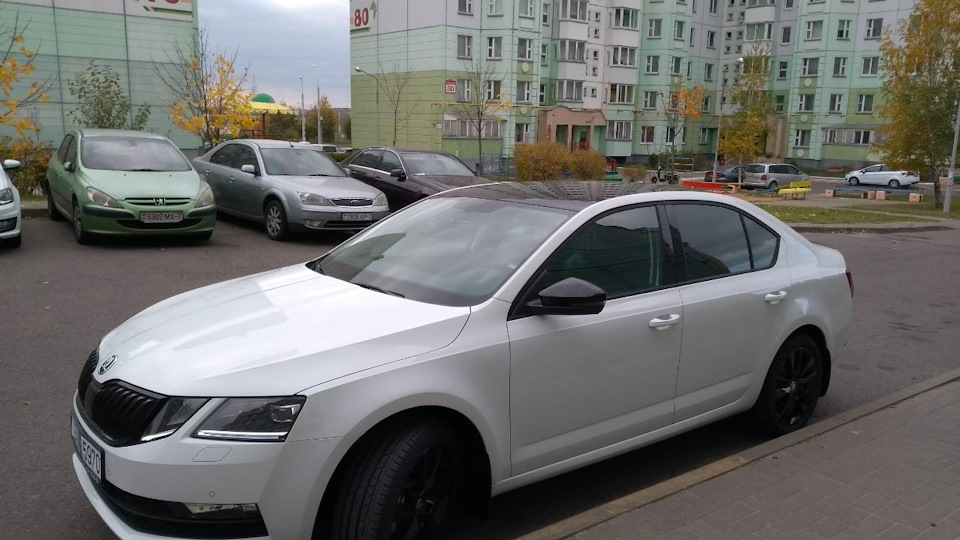 Белая Skoda Octavia Black Edition