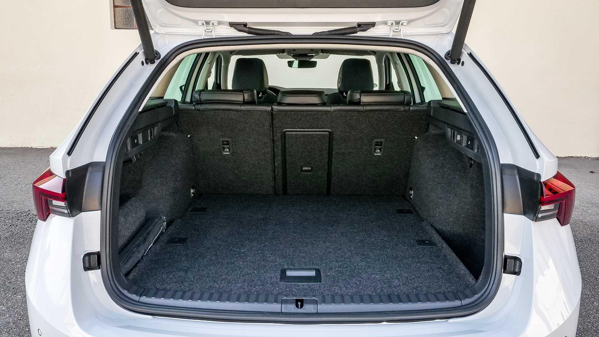 Вместительный багажник Skoda Octavia Combi 2020