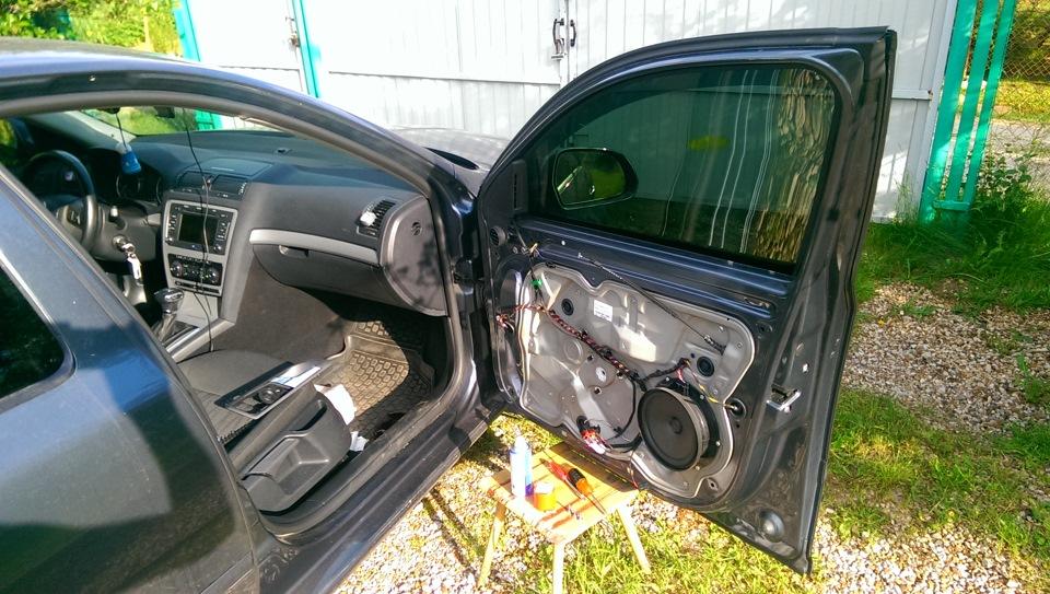 Разбор двери для замены стеклоподъёмника в автомобиле Шкода Октавия в кузове А7