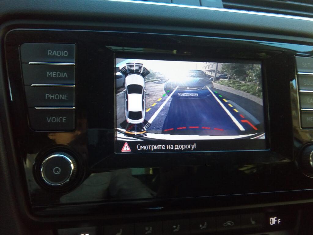 Камера заднего вида в автомобиле Шкода Октавия А7 2013
