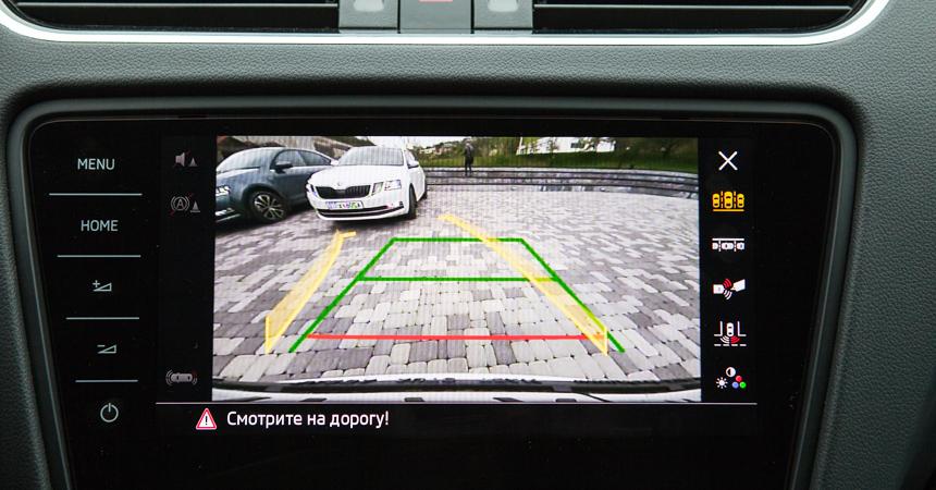 Камера заднего вида в автомобиле Шкода Октавия А7 рестайлинг